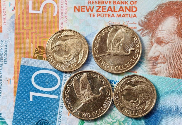new-zealand-currency-new-plastic-kiwi-dollar-notes-and-coins-ten-fivetwoone-fetgh5.jpg
